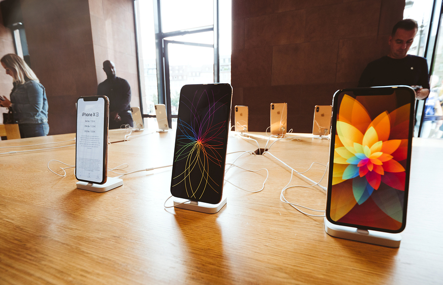 iPhoneX on display in Apple store
